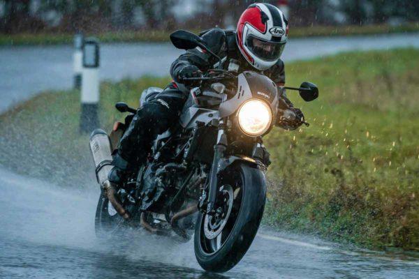 На мотоцикле в дождь