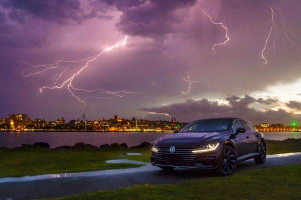В машину ударит молния